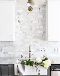 @Maisondepax giving us all the spring feelings with fresh flowers in the sink, perfect way to spend a Sunday at home! Get the look/ 3x6 White Carrara Marble Honed backsplash.