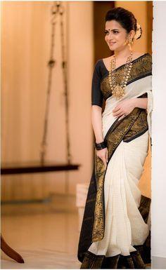 Indian Fashion Dresses, Indian Designer Outfits, Dress Indian Style, India Fashion, Look Fashion, Cotton Saree Designs, Saree Blouse Designs, Black Saree Designs, Indian Blouse Designs