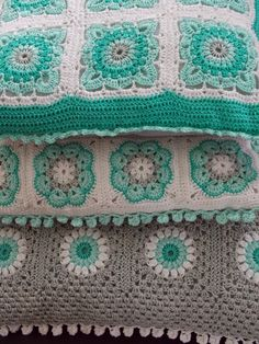 Renate's haken en zo: Kussen no. 4. Beautiful colours and patterns - links to patterns - translator required.