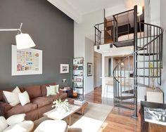 Loft com escada metálica.