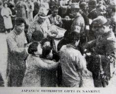南京市民に食糧等を配る日本兵たち。(イギリス系新聞 「ノース・チャイナ・デイリー・ニュース」1937.12.24付 南京占領の11日後)