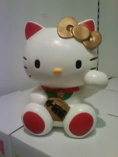Maneki Hello Kitty.  I finally own this. :)