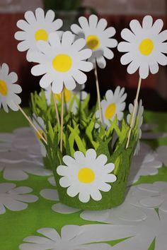 Daisies for Daisy kids party. More ideas at https://instagram.com/planit_group/ Ромашки для праздника в детском саду.