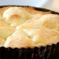 Min opskrift på en gammeldags pæretærte med mørdej og halve pærer. Min pæretærte er også med nem creme, chokolade og en smule marcipan. Mums. Jeg elsker en gammeldags pæretærte, og det skyldes den lækre kombination af saftige pærer og den sprøde mørdej. Pæretærte er nem at lave, også selvom mørdej kan være drilsk at arbejde... Se mere Hele opskriften Gammeldags pæretærte med creme og chokolade kan ses Marzipan, Cakes And More, Food Hacks, Food Inspiration, Food And Drink, Sweets, Brunch, Snacks, Recipes