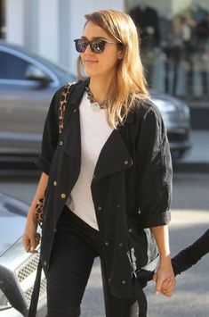 Jessica Alba - Jessica Alba Grabs Lunch with Her Family