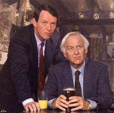 Author Colin Dexter has revealed that because the late John Thaw (right with Kevin Whately as Robert Lewis) offered the definitive portrayal of the detective, no one else should take on the role Kevin Whately, Bbc Radio Drama, Inspector Lewis, The Sweeney, Tv Detectives, Famous Detectives, Bbc Tv Shows, Midsomer Murders, Masterpiece Theater