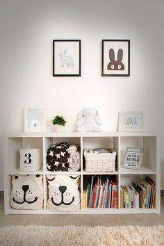 Quarto infantil, móvel com nichos brancos, quadro de coelho preto e branco, piso cinza, e quadro com moldura preta. Apartamento Contemporâneo em Israel por Dana Shaked