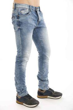 Jeans com lavagens e rotos