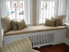 Heizkörperverkleidung in der Form von Sofa mit ein paar kuscheligen Kissen