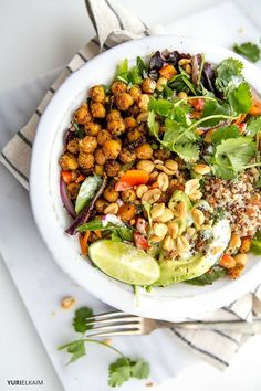 "Crispy Chickpea Thai Quinoa Bowl This hearty quinoa bowl, which makes for a deliciously filling lunch or dinner salad, boasts incredible flavor and a protein-powered chickpea ""crunch"". Vegetarian Recipes, Cooking Recipes, Healthy Recipes, Healthy Foods, Vegan Vegetarian, Cheap Recipes, Quinoa Dinner Recipes, Cooking Fish, Dinner Healthy"