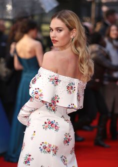 Lily James has a new brunette bob Inverted Bob Hairstyles, Bob Hairstyles For Fine Hair, Trending Hairstyles, Brunette Bob, Cool Blonde, Bright Blonde, Blonde Blunt Bob, Chin Length Cuts, Tousled Bob