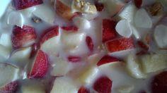 Latte di mandorla, mela rossa a pezzetti, bacche di goji, noci, mandorle.