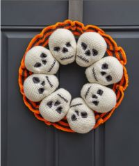 Circle of Skulls Wreath free crochet pattern in Super Saver yarn. Greet little goblins at your front door with this clever crocheted wreath! Eight skulls and a striped ruffle are combined on a metal wreath form for a spooky front door welcoming committee! Crochet Wreath, Bag Crochet, Crochet Gratis, Crochet Amigurumi, All Free Crochet, Amigurumi Patterns, Crochet Yarn, Knitting Patterns, Craft Patterns