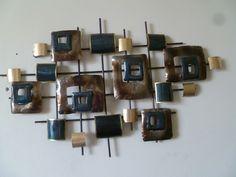 Een hele mooie aparte ijzeren wanddecoratie gemaakt van gerecycled materiaal.De wanddecoratie is modern van uiterlijk