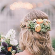 Maybe you're not looking for a full floral crown but what about this lovely idea? So pretty and romantic. Xoxo @weddingchicks