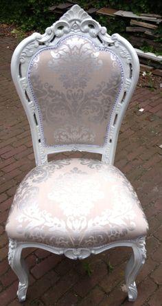 Art Fabriks. Herstoffeer een oude barok stoel met een klassiek/modern silverlook stofje, spuit de romp in een silverlook, en je hebt een WOW stoeltje.
