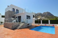 http://www.montesinosestate.com/en/property/V1650 Montesinos Falcon Real Estate offers you this villas located between the municipalities of La Nucía and Polop de la Marina. Just 15 minutes from the beaches of Altea, Benidorm and Albir. You have: 180 m2 built, 400 m2 of private plot finished in concrete and garden, private pool (7x4), storage outdoor barbecue (7 m2). 4 bedrooms, 3 bathrooms, fully equipped kitchen with appliances and complete installation of centralized air conditioning.