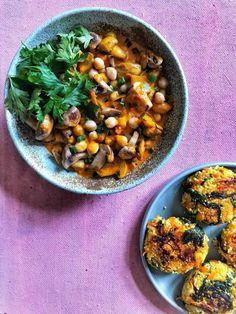 Lehetett volna sima gombapörkölt is, nokedlival vagy tésztával. Lehetett volna. Sokat gondolkodtam rajta. Aztán úgy alakult, hogy vettem kölest, mert akkor már tudtam, hogy köleses körettel szeretnék enni valami szaftos, csúszós gombás ételt. No, kérem! Ez lett belőle. Az instámon csak annyit írtam… Chana Masala, Chili, Curry, Cooking Recipes, Ethnic Recipes, Food, Curries, Chile, Chef Recipes