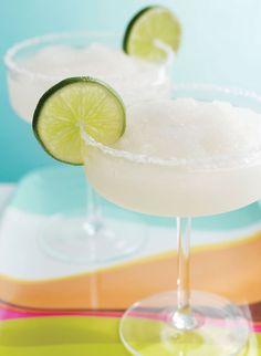 Cocktails con menos de 100 calorías Margarita sugarless: No te limites si lo tuyo-lo tuyo es el tequila y prepara esta riquísima Margarita light que te ahorrará las 500 calorías que traen las normales. Vacía y mezcla en una coctelera 1.5 onzas de tequila (el blanco es más light que el amarillo), 5 onzas de refresco de lima limón de dieta, un splash de Cointreau y una cucharada de jugo fresco de limón.