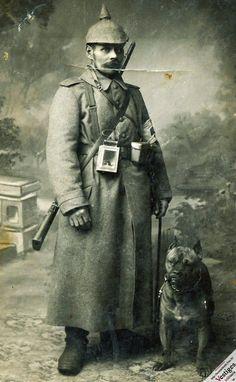 Sanitäter posant aux côtés d'un chien avec une lanterne à son ceinturon.