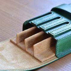 スエードで出来た仕切りは取り外し可能 #革小物 #leathercraft #leather #レザークラフト #ブッテーロ #万年筆 #万年筆ケース #ペンケース #文房具 #オーダー #木型絞り