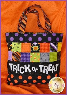 Add some fun to your child's night of trick-or-treating with this adorable trick or treat tote. This Shabby Exclusive is a full color pattern with step-by-step photos, making this bag quick and easy to create! Bag finishes to W x H x D + handles. Diy Halloween Trick Or Treat Bags, Halloween Bags, Halloween Quilts, Halloween Fabric, Halloween Crafts, Halloween Ideas, Halloween 2017, Halloween Sewing Projects, Sewing Crafts