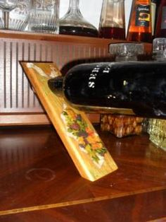 Suporte para garrafa, ideal para um bar de sala, com motivos apropriados