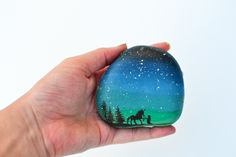 Decorate rocks with elegant landscape silhouettes drawn over the starry twilight sky, using a simple rock painting technique that even kids can master. Rock Painting Patterns, Painting Templates, Rock Painting Ideas Easy, Rock Painting Designs, Painting For Kids, Diy Painting, Stone Painting, Landscape Silhouette, Silhouette Painting