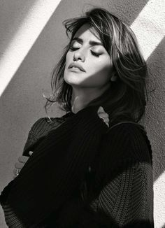 Academy Award-winning Spanish actress Penelope Cruz takes the cover story of Elle France's latest edition captured by fashion photographer Nico Bustos. Penelope Cruze, Madrid, Look Casual Chic, Spanish Actress, Portraits, Alfred Stieglitz, Female Portrait, Famous Faces, Hollywood Actresses