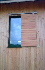 Exemples de réalisations de chantiers de fermetures bois, portes et volets bois sur-mesure Volet coulissant en douglas pour maison passive en paille - (39160 Nantey)
