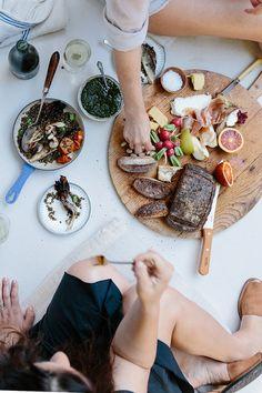ウッドプレートがあれば、その場でバゲットやチーズをカットして使ったり、料理を並べたりと便利に使えます。