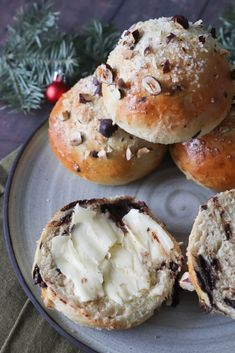 Christmas Buns With Chocolate And Cardamom - Recipe For Christmas Buns Christmas Buns With Chocolate And Cardamom - Recipe For Christmas Buns Presents: Christmas is coming Christmas or the Ch. Xmas Food, Christmas Desserts, Junk Food, Baking Buns, Snack Recipes, Cooking Recipes, Danish Food, Food Crush, Sweets Cake