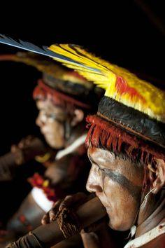 Parque Indígena do Xingu - Etnia Kuikuro - Etnia Kuikuro/ Parque Indigena do Xingu Religions Du Monde, Cultures Du Monde, World Cultures, Indian Tribes, Native Indian, Native American Regalia, American Indians, Ethiopia People, People Around The World