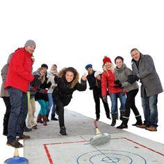 Eine Curlingbahn für die Weihnachtsfeier mieten und mit Kollegen Eisstock schießen spielen! Happy, Renting, Playing Games, Happiness, Being Happy