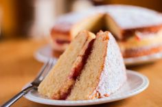 This simple Victoria Sponge Cake recipe has delicious a raspberry jam and buttercream filling that takes the classic Victoria sponge to a higher level. Victoria Sponge is a traditional British cake. Recipe For Victoria Sponge Cake, Victoria Sponge Kuchen, American Sponge Cake Recipe, Classic Sponge Cake Recipe, Bbc Good Food Recipes, Baking Recipes, Dessert Recipes, Yummy Food, Tasty