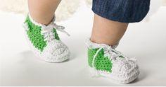Heklede basketsko eller sneakers ala Converse må vel være blant de morsomme tingene man kan lage og gi bort til både mor og barn? Disse supersøte eksemplarene finner du gratis oppskrift til her. Baby Shoes, Converse, Sneakers, Kids, Clothes, Fashion, Threading, Tennis, Young Children