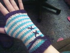 alice in wonderland style fingerless gloves- looks like knitting
