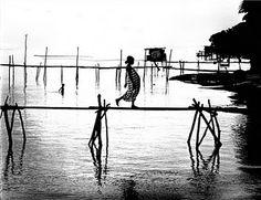 Romano Cagnoni - Woman crossing a bridge, Papua New Guinea, 1962