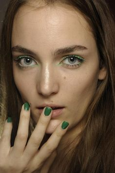 a tone-on-tone colours for the eyes make-up and the nail polish