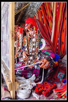 Africa | Girls weaving traditional Kilims, in the Matris area, Libya |   © Ibrahim Omran