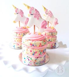 Unicorn mini cakes will make your day #magical! Find the tutorial for these unicorn #cookie cake toppers on our new blog. Link in bio. #minicakes #unicorncakes #confetticakes #cakestagram #instacake #unicorns #cake #unicornparty #nakedcakes #unicorncookies #cutecookies #cookiedecorating #caketoppers #cookietutuorial #sweets #confetticake #cookies #browniemischief