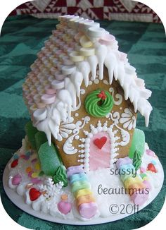 Christmas - Christmas Treats - Gingerbread house with dripping icicles Gingerbread House Parties, Christmas Gingerbread House, Noel Christmas, Christmas Goodies, Christmas Baking, Christmas Treats, All Things Christmas, Christmas Decorations, Gingerbread Houses