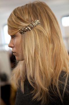 long side bangs, blond, broche, barrette, gold
