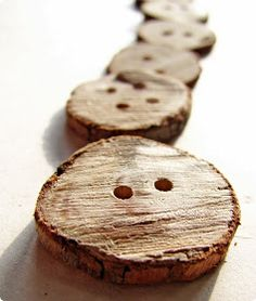 Using a dremel tool. Cut thin slices of a twig. This post links to a tutorial for making buttons out of wood / twigs. Nature Crafts, Fun Crafts, Twig Crafts, Amazing Crafts, Decor Crafts, Cabin Crafts, Paper Crafts, Driftwood Crafts, Diy Projects To Try