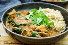 Direkt zum Rezept Auf dieses Rezept eines Hühnchen Curry kam ich durch das traditionelle indische Butter-Hühnchen. Man könnte es deshalb auch als eine leichtere und gesündere Version des Butter-Hüh…