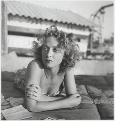 Danielle Darrieux, de son nom complet Danielle Yvonne Marie Antoinette Darrieux, née le 1er mai 1917 à Bordeaux, (Gironde), est une actrice et chanteuse française qui, au cours d'une des plus longues carrières cinématographiques - huit décennies -, a traversé l'histoire du cinéma parlant et est aujourd'hui une des dernières actrices mythiques du cinéma mondial.