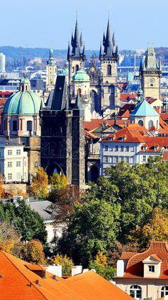 Ver en el colorido  otoño de Praga  la ciudad con sus torres y edificios históricos, República Checa