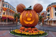 Yesterday was the day of Halloween Time at Disneyland, and the park looks awesome. I got this photo before heading home. Disneyland Secrets, Disneyland Vacation, Disneyland California, Disneyland 2016, Disneyland Halloween Party, Disney Halloween, Fall Halloween, Halloween Clipart, Halloween 2019