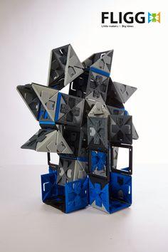 Fligg består af paneler, der hurtigt kan klikkes sammen og dermed skabe imponerende bygningsværker. Her ser du en flot vindmølle. Fligg konstruktionerne bruges nemt sammen med børnenes andet legetøj, så som biler, actionfigurer og dyr... | Bestil #Fligg på Nikostine.dk  #Constructiontoys #Konstruktionslegetøj