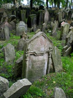 Old Jewish Cemetery (Czech Republic). 'With gravestones and some bodies packed into a space the size of a few suburban gardens, Prague's old Jewish Cemetery is like no other on earth Cemetery Statues, Cemetery Headstones, Old Cemeteries, Cemetery Art, Graveyards, Between Two Worlds, Around The Worlds, Catacombs, Kirchen